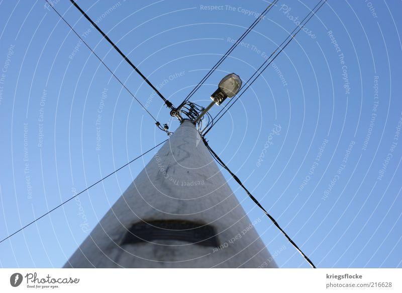 Alle sparen nur noch... blau Lampe hell Energie Energiewirtschaft Elektrizität Netzwerk Kabel aufwärts Strommast Straßenbeleuchtung vertikal Blauer Himmel Hochspannungsleitung Laternenpfahl verzweigt