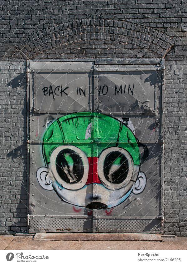 Back in 10 min Haus Bauwerk Gebäude Architektur Mauer Wand Fassade Tür Graffiti frech frisch trendy Stadt mehrfarbig grau Gesicht Schweißermaske Englisch Tor