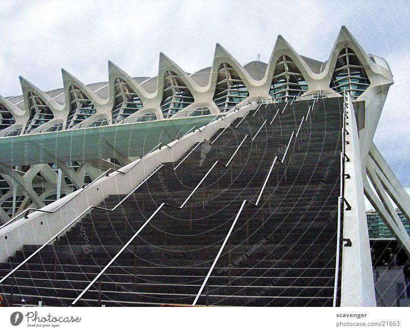 Museumstreppe schön weiß Haus Wolken Ferne Fenster Graffiti Architektur groß hoch Treppe modern Spiegel lang