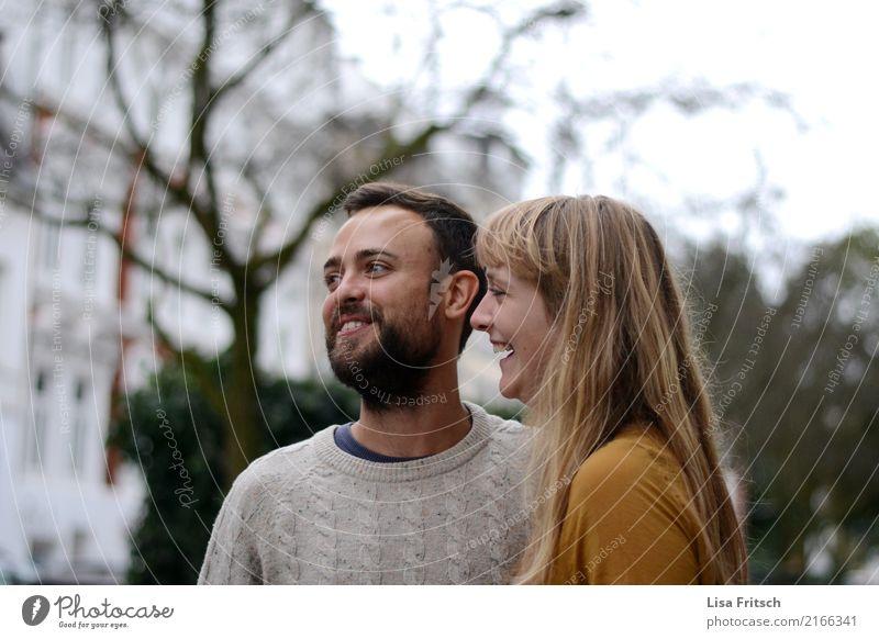 hihi Paar Partner 2 Mensch 18-30 Jahre Jugendliche Erwachsene Baum Sträucher langhaarig Bart beobachten entdecken genießen lachen Freundlichkeit Glück trendy