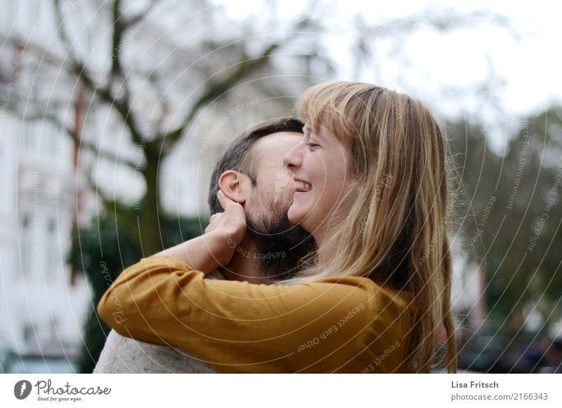 happy Wohlgefühl Zufriedenheit Ausflug Paar Partner 2 Mensch 18-30 Jahre Jugendliche Erwachsene blond langhaarig berühren genießen Küssen lachen Liebe