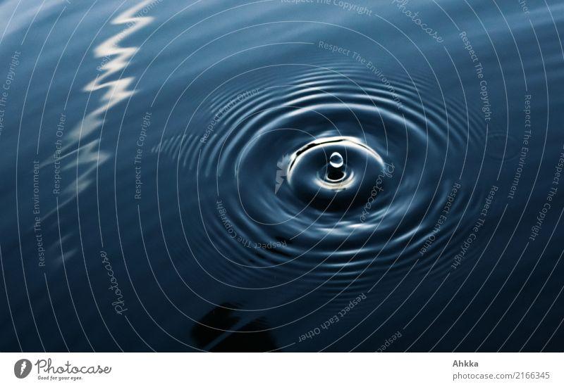 Runder Wassertropfen, dunkles Wasser, gezackter weißer Streifen Wellness harmonisch Sinnesorgane Erholung ruhig Meditation Energiewirtschaft Urelemente fallen
