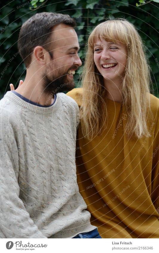 wenn du lachst Freundschaft Paar Leben 2 Mensch 18-30 Jahre Jugendliche Erwachsene blond langhaarig Pony Bart berühren genießen Lächeln lachen Fröhlichkeit