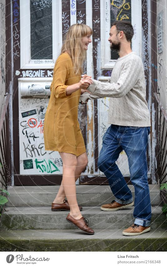 und eins... Junge Frau Jugendliche Junger Mann Erwachsene Leben 2 Mensch 18-30 Jahre Treppe Eingangstür Mode Kleid Schuhe blond langhaarig Pony Bart berühren
