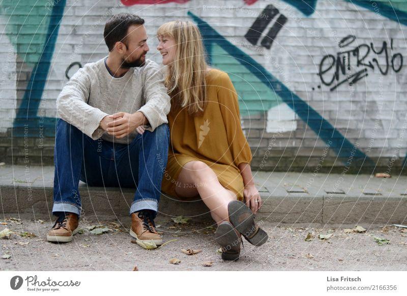 küss mich Junge Frau Jugendliche Junger Mann Paar Partner 2 Mensch 18-30 Jahre Erwachsene brünett blond langhaarig Pony beobachten berühren entdecken Lächeln