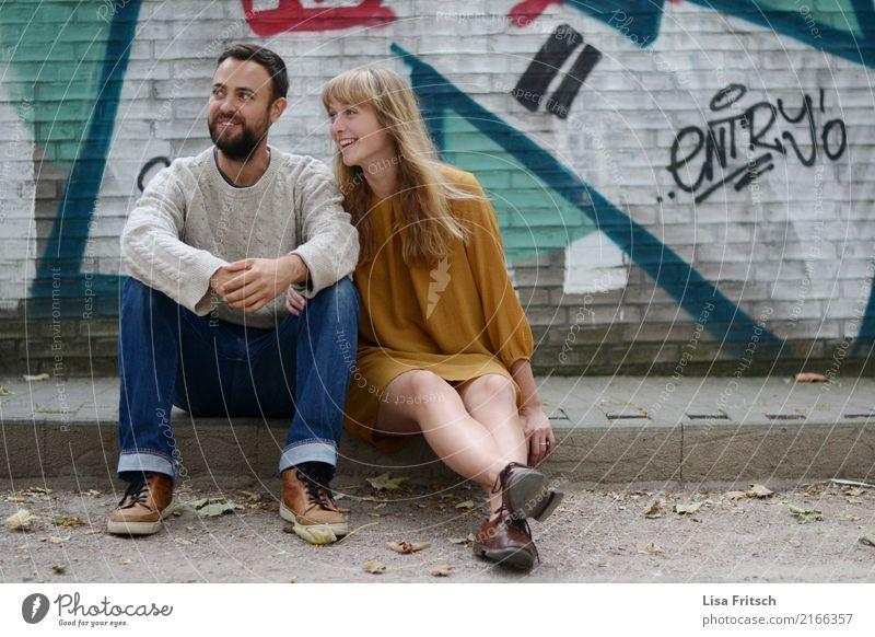 da drüben Freundschaft Paar Partner Erwachsene 2 Mensch 18-30 Jahre Jugendliche Mauer Wand Bordsteinkante Kleid blond langhaarig Bart entdecken Lächeln lachen