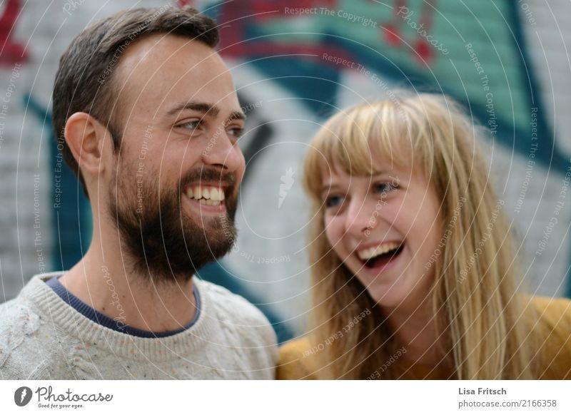 JUNGES PAAR - LACHEN - GLÜCKLICH Junge Frau Jugendliche Junger Mann Paar Partner Erwachsene Leben Gesicht Mund Zähne 18-30 Jahre brünett blond langhaarig Bart