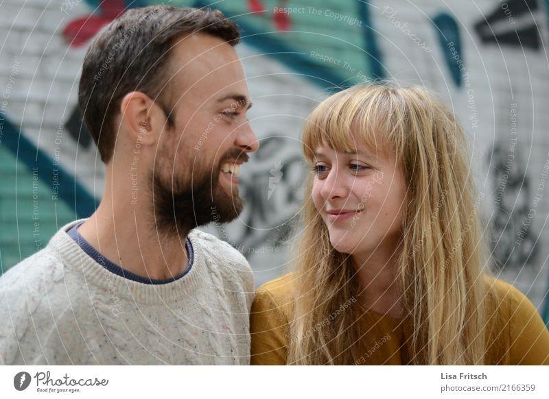 verguckt Paar Partner Erwachsene 18-30 Jahre Jugendliche berühren genießen Lächeln Liebe leuchten ästhetisch Gesundheit nah schön Gefühle Freude Zufriedenheit