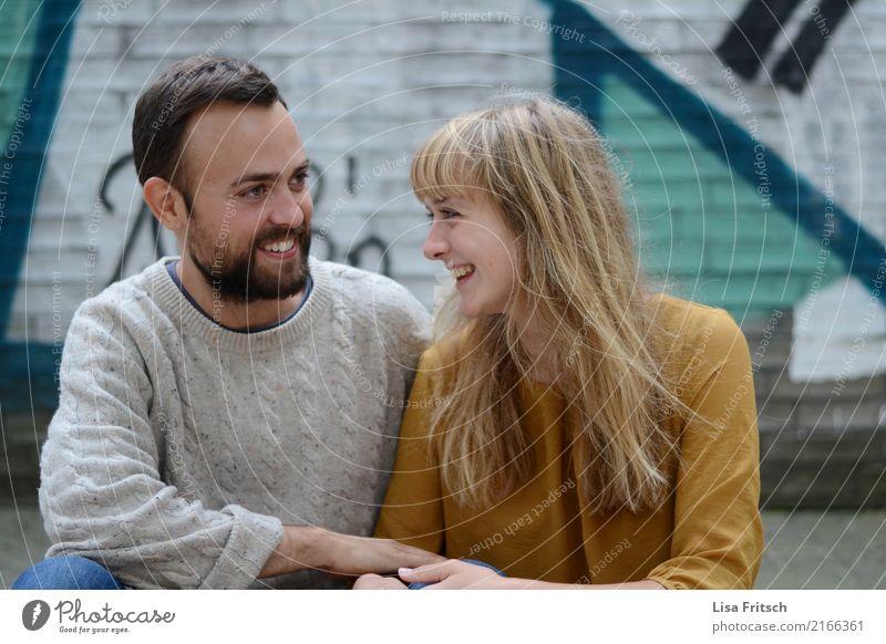 herrlich Junge Frau Jugendliche Junger Mann Paar Partner 2 Mensch 18-30 Jahre Erwachsene brünett blond langhaarig Bart entdecken Erholung genießen lachen