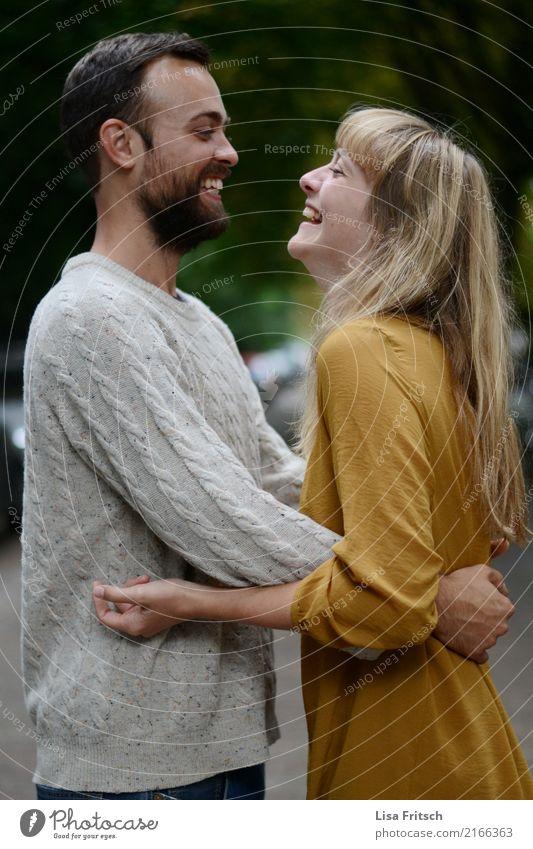 wie schön.. maskulin feminin Junge Frau Jugendliche Junger Mann Paar Partner 2 Mensch 18-30 Jahre Erwachsene Kleid Pullover brünett blond langhaarig Bart