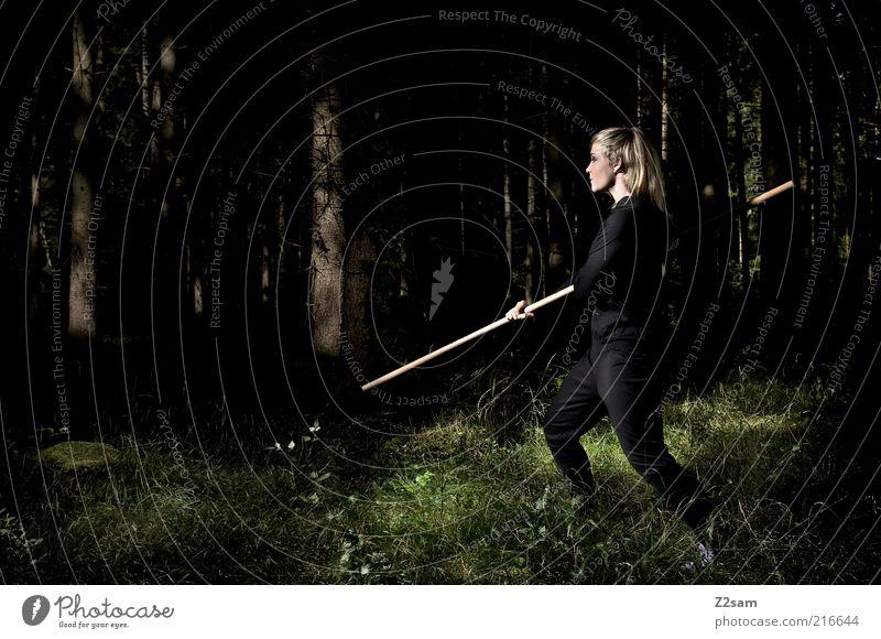 BLACK MAMBA Mensch Jugendliche Baum Erwachsene Wald dunkel Landschaft Sport Kraft blond Sträucher 18-30 Jahre Junge Frau Konzentration sportlich kämpfen