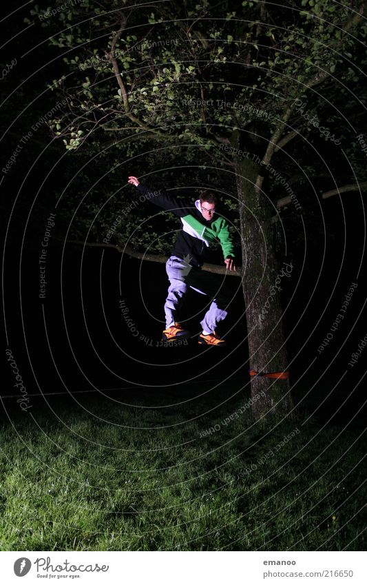 slack.jump.night. Freude Freiheit Mensch maskulin Junger Mann Jugendliche 1 18-30 Jahre Erwachsene Natur Baum Gras Bewegung springen sportlich einzigartig Kraft