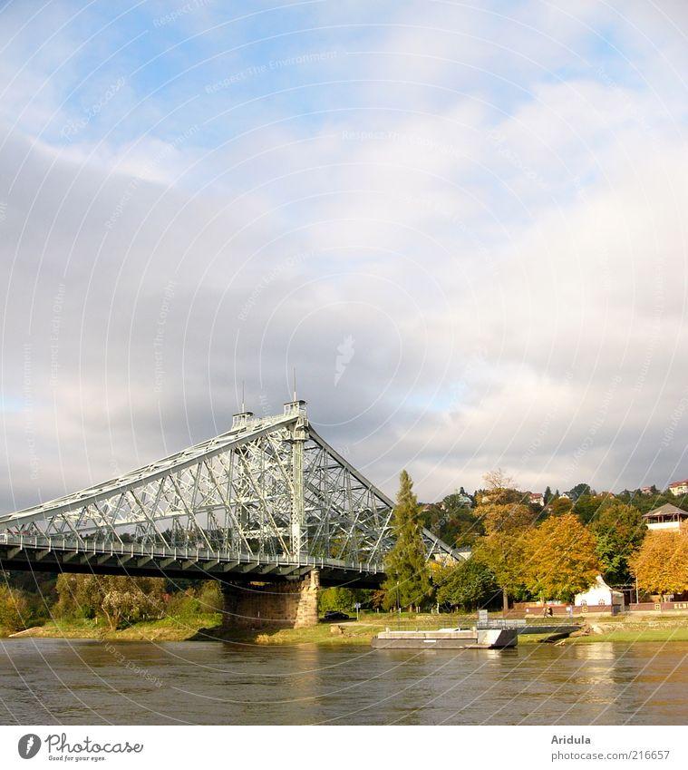 Blaues Wunder alt Ferien & Urlaub & Reisen Wasserfahrzeug Deutschland ästhetisch Brücke Fluss Bauwerk Dresden Denkmal historisch Verkehrswege Schönes Wetter