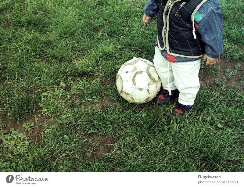 Wenn ich Kroos bin verkauf ich meine Seele und geh zu den Bayern Mensch Kind Sport Junge Wiese Spielen Fußball Fußball Ball Freizeit & Hobby Kindheit Kleinkind Fan anonym Kindererziehung Anschnitt