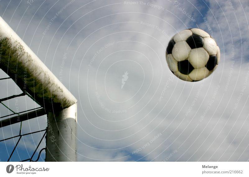 Tor! Sport Ballsport Fußball Sportstätten Fußballplatz Spielen blau grau Freizeit & Hobby Ziel Fußballtor Schuss Pfosten Himmel ungewiss Spannung Farbfoto