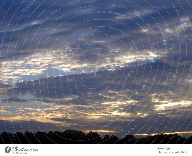 wolkiger Sonnenuntergang Himmel weiß blau Wolken hell Beleuchtung Abendsonne Himmelsszene horizontale Wolken niedrige Wolken