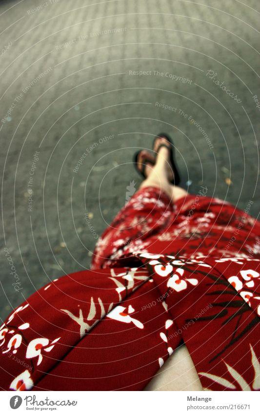 china girl Mensch feminin Erwachsene Fuß 1 Kleid Flipflops liegen grau rot Bodenbelag Asiate Erholung Frau Farbfoto Außenaufnahme Textfreiraum links