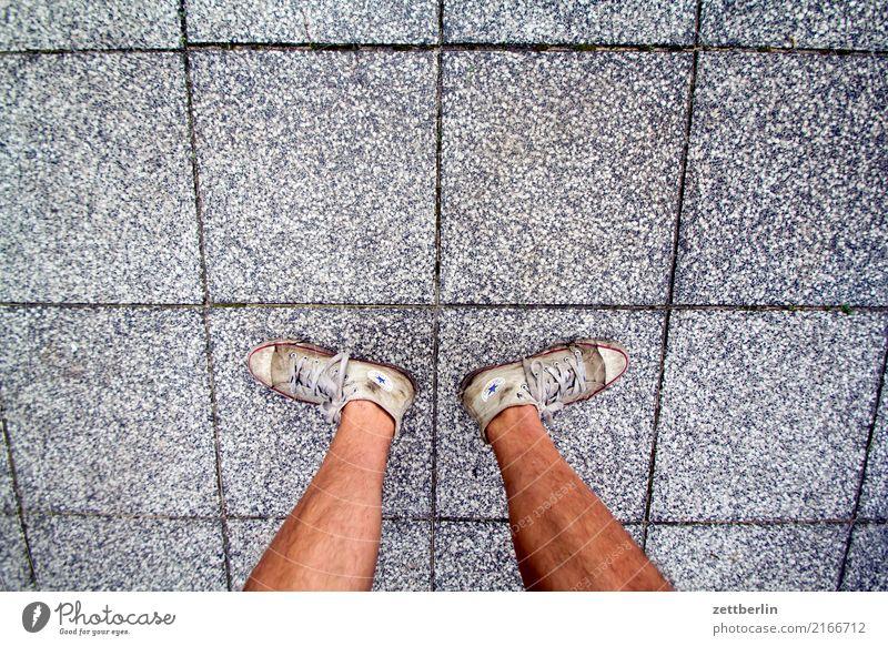 Unsicherer Stand Beine Fuß Gelassenheit gemütlich Mann Mensch Pause Schienbein Ferien & Urlaub & Reisen stehen Gleichgewicht Turnschuh Chucks Terrasse
