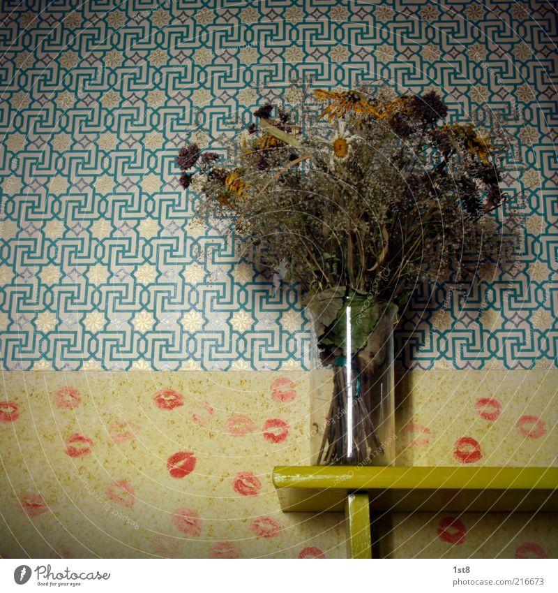 old love Originalität retro trashig Wohnung Tapete Tapetenmuster Blumenstrauß vertrocknet Knutschfleck Lippenstift Raum Raufasertapete Abdruck Farbfoto