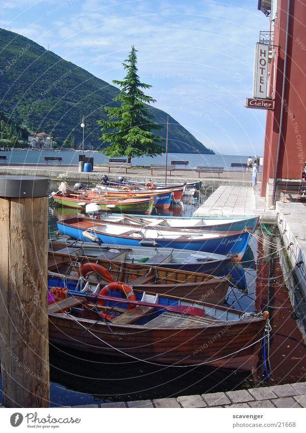 Gardasee Fischerhafen Wasser Himmel Baum grün blau ruhig Wald Berge u. Gebirge Holz Wasserfahrzeug Wellen Romantik Steg Schifffahrt Italien