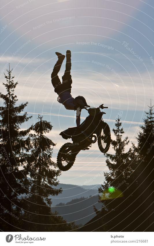 flying away Mensch Jugendliche Himmel blau Freude schwarz Sport springen maskulin fliegen Abenteuer Freizeit & Hobby Show fallen Motorrad