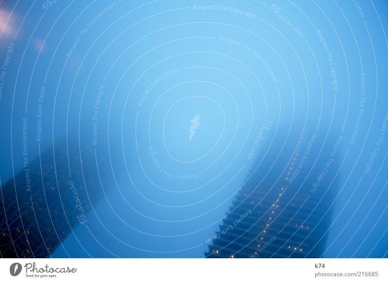 towers in fog II Himmel Wetter Nebel Stadt Haus Hochhaus Bauwerk Gebäude Architektur bedrohlich dunkel gigantisch groß hoch kalt oben blau Farbfoto