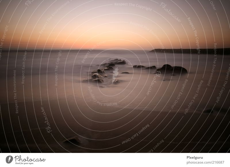 Badesee Wasser Meer Sommer Strand ruhig Einsamkeit Ferne Erholung Sand Küste Horizont Felsen Reisefotografie Fernweh Sinnesorgane Portugal