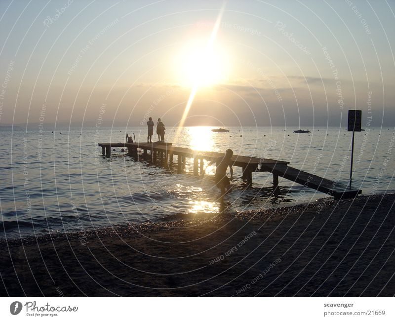 Sonnenuntergang Gardasee Mensch Wasser Himmel weiß blau Strand Ferne dunkel Holz See Wasserfahrzeug hell Beleuchtung orange Wellen