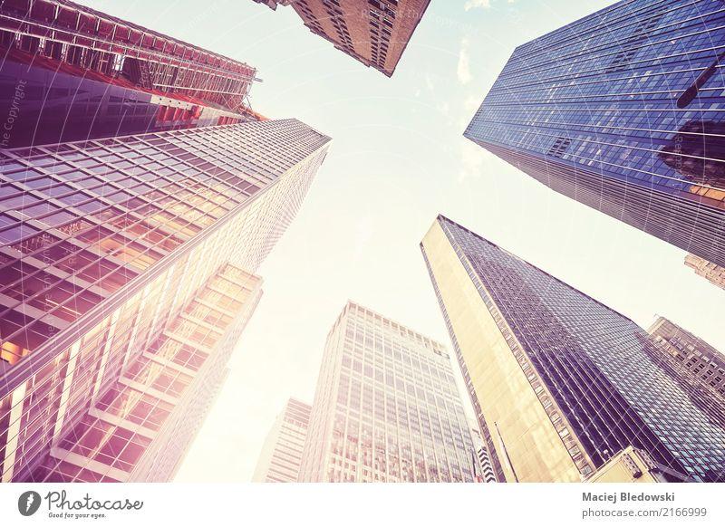 Manhattan-Wolkenkratzer bei Sonnenuntergang, NYC. Stadt Gebäude Büro modern Hochhaus Aussicht Erfolg Perspektive USA Wahrzeichen Städtereise Bankgebäude