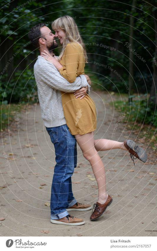 verliebt Junge Frau Jugendliche Junger Mann Paar Partner 2 Mensch 18-30 Jahre Erwachsene Umwelt Park Wald berühren festhalten genießen Lächeln Liebe ästhetisch