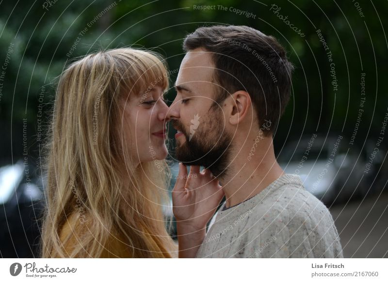 Verliebtes Paar. Partner Leben 2 Mensch 18-30 Jahre Jugendliche Erwachsene brünett blond langhaarig Pony Bart berühren entdecken genießen Blick träumen