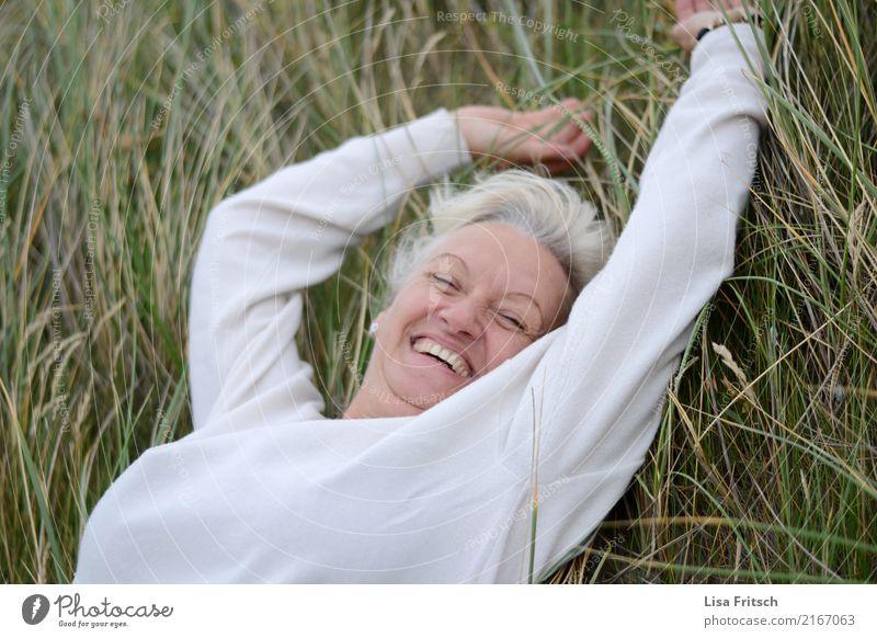 frei feminin Frau Erwachsene Leben 1 Mensch 45-60 Jahre Sträucher Schilfrohr Wiese atmen genießen Lächeln lachen liegen ästhetisch frech Fröhlichkeit Gesundheit