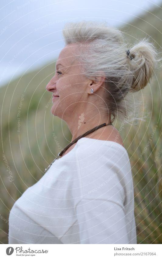 durchatmen feminin Frau Erwachsene Kopf Haare & Frisuren Gesicht 1 Mensch 45-60 Jahre Umwelt Natur Wind Sträucher weißhaarig kurzhaarig Zopf beobachten Denken
