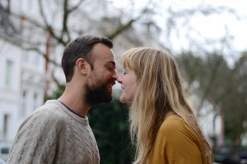 küss mich Ferien & Urlaub & Reisen Junge Frau Jugendliche Junger Mann Paar Partner Erwachsene Leben 2 Mensch 18-30 Jahre Herbst Baum brünett blond langhaarig