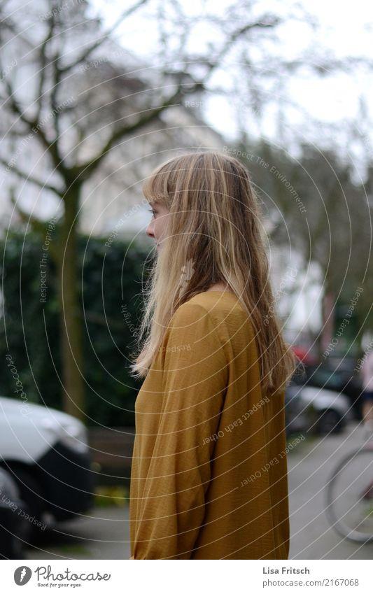 warten, warten, warten... feminin Junge Frau Jugendliche Haare & Frisuren 1 Mensch 18-30 Jahre Erwachsene Umwelt Natur Herbst Baum Sträucher Kleid blond