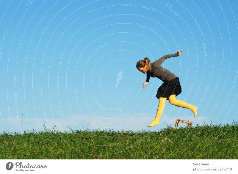 Sprung über die 200 Freizeit & Hobby Ausflug Sommer Mensch feminin Frau Erwachsene Natur Himmel Schönes Wetter Gras Wiese Rock Strumpfhose Stuhl Bewegung