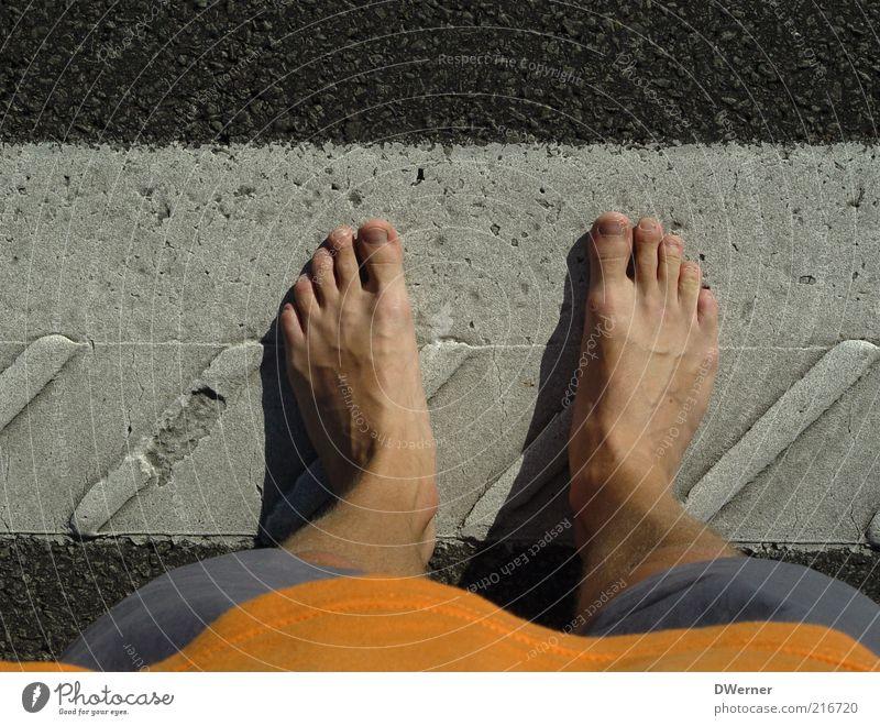 stehen Mensch maskulin Mann Erwachsene Beine Fuß 1 Hose Stein warten stagnierend Asphalt Barfuß Sommer Fahrbahnmarkierung Farbfoto Außenaufnahme Detailaufnahme