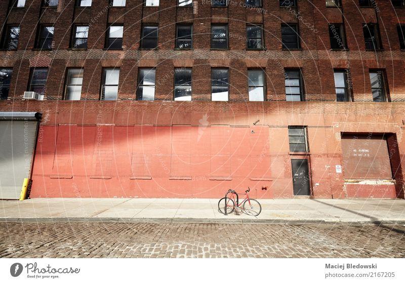 Fahren Sie auf eine leere Straße bei Sonnenuntergang, New York City rad. alt Stadt Wand Gebäude Mauer Fassade Verkehr Fahrrad USA Fahrradfahren Bürgersteig
