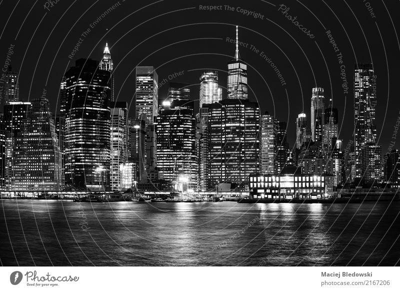 Schwarzweiss-Bild von Manhattan-Skylinen nachts. Ferien & Urlaub & Reisen Sightseeing Städtereise Wohnung Kleinstadt Stadt Stadtzentrum überbevölkert Hochhaus