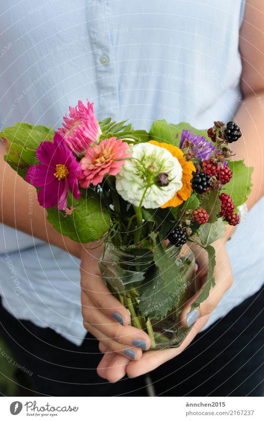 Sommerblumen Blumenstrauß Glas mehrfarbig Frühling Geschenk festhalten Vase Finger Hand Hochformat Außenaufnahme Frau Fingernagel Nagellack Beeren rosa grün