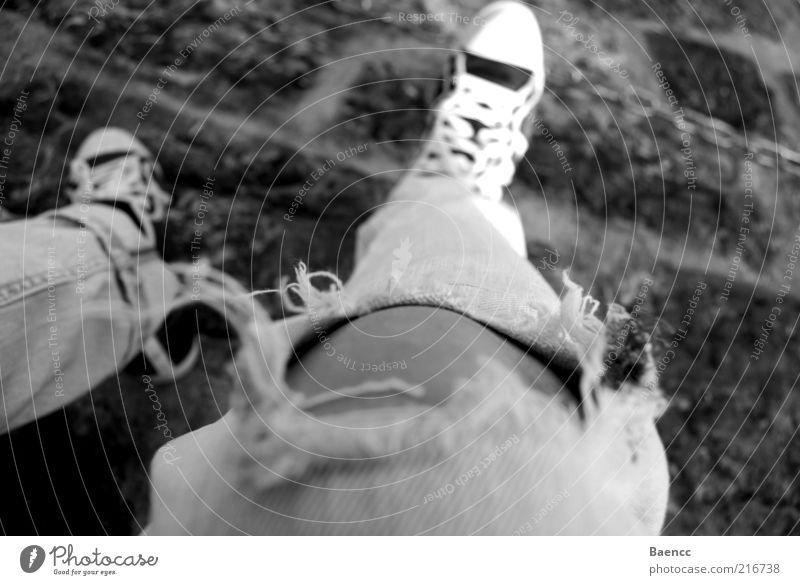 Hangover Mensch Jugendliche Erholung Fuß Beine Mode sitzen Jeanshose Pause kaputt Hose trashig Loch Chucks Turnschuh