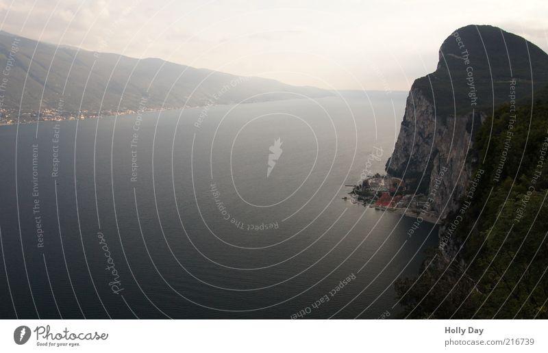 Campione del Garda Landschaft Wasser Himmel Horizont Sommer Schönes Wetter Felsen Berge u. Gebirge Gipfel Seeufer Gardasee Italien Dorf Fischerdorf ästhetisch