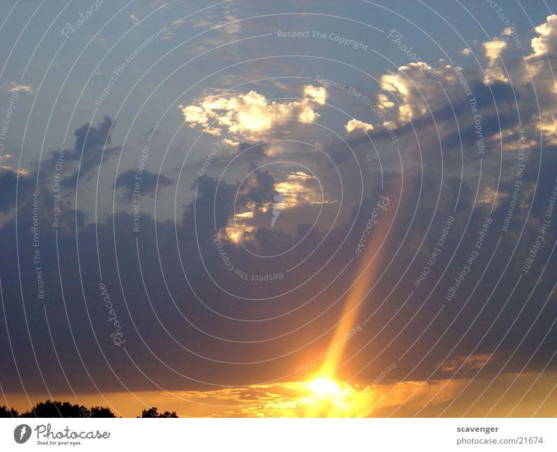 event horizon 2 Abend Hintergrundbild Licht Farbfoto Sonnenaufgang Sonnenuntergang Sonnenstrahlen Wolken Himmelsszene Menschenleer rot Hügel Baum schwarz dunkel
