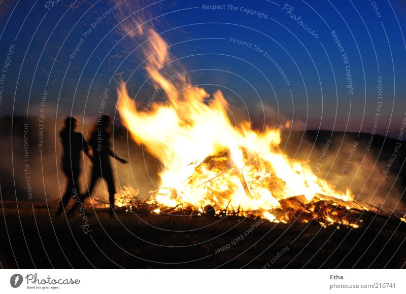 Hitzewelle Feuer Sommer heiß Wärme blau gelb Sonnenuntergang Sonnenaufgang Nacht Glut Sommersonnenwende Silhouette Mensch Lagerfeuerstimmung Feuerstelle