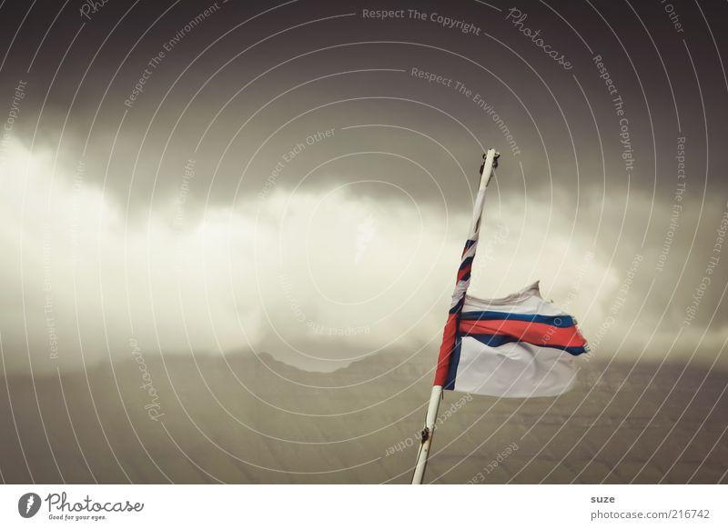 Fahnenflucht Insel Himmel Wolken Wetter Wind Sturm Nebel dunkel Føroyar wehen landesflagge Nebelbank Nebelwand Nebelschleier Nebelmeer Nebelfeld Nebelstimmung