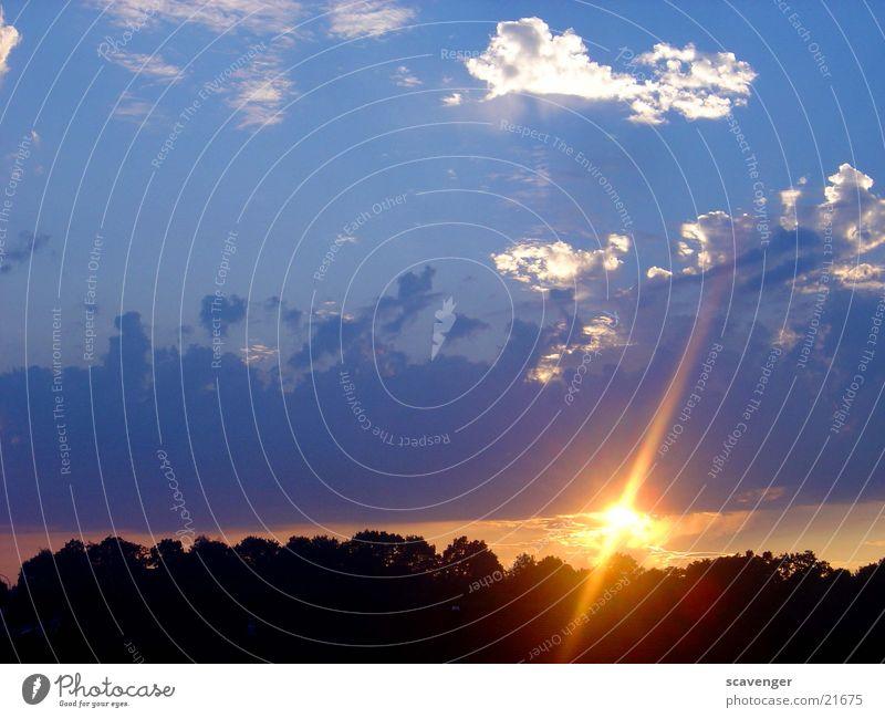 event horizon 1 Abend Hintergrundbild Licht Farbfoto Sonnenaufgang Sonnenuntergang Sonnenstrahlen Wolken Himmelsszene Menschenleer rot Hügel Baum schwarz dunkel