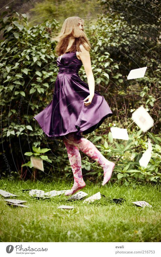 Carefree Freude Mensch feminin Junge Frau Jugendliche Erwachsene 1 18-30 Jahre Kleid grün violett Fröhlichkeit Zufriedenheit Lebensfreude Schweben Tanzen