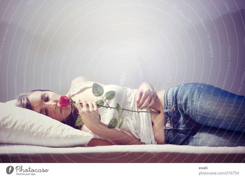 Dead sleep Frau Mensch Jugendliche weiß blau rot feminin Wand träumen Erwachsene schlafen Rose Jeanshose Bett liegen Schmerz