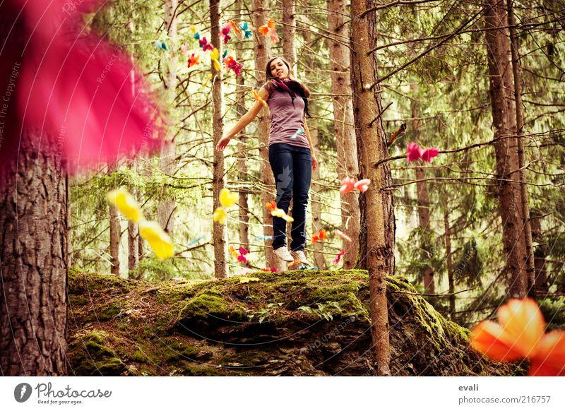 Up Frau Mensch Natur Jugendliche grün Baum Freude Erwachsene Wald feminin Gefühle springen Glück lachen träumen rosa