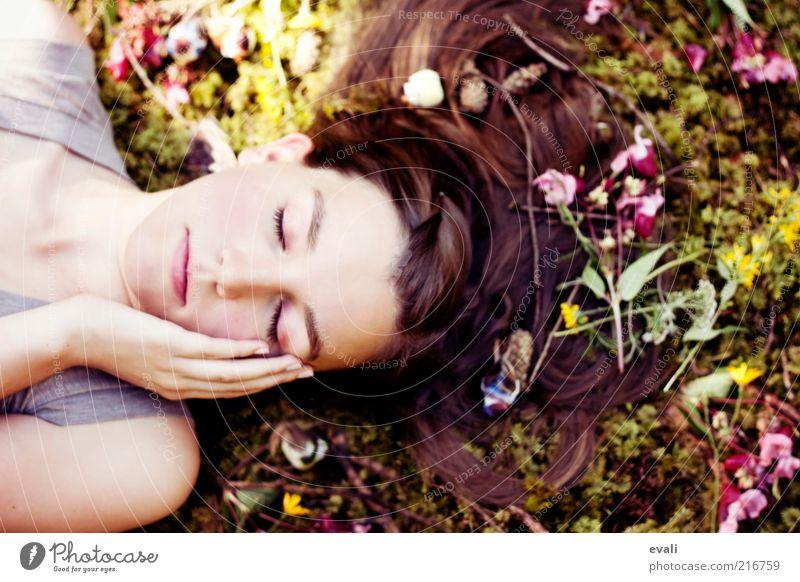 Nestled Mensch feminin Junge Frau Jugendliche Erwachsene Haare & Frisuren Gesicht Hand 1 18-30 Jahre Blume Moos Zweige u. Äste liegen träumen frei schön grün